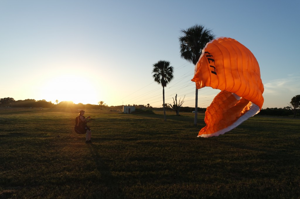 Spielen im Wind kurz vor Sonnenuntergang