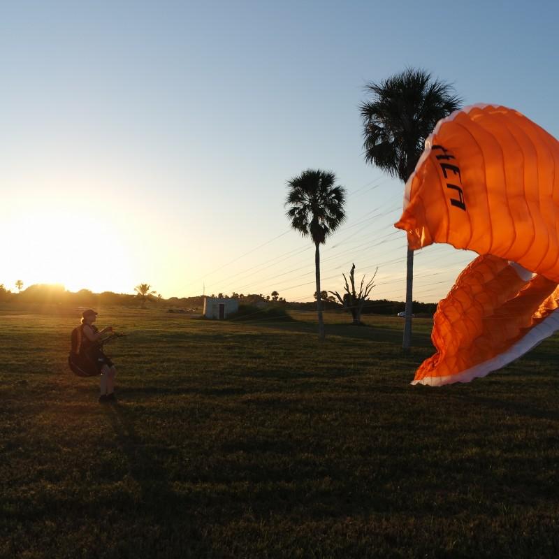 Spielen im Wind mit dem Gleitschirm kurz vor Sonnenuntergang