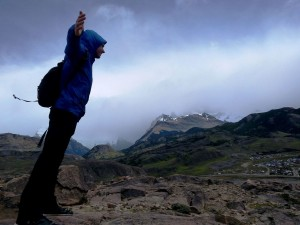 Moritz lehnt sich in den Wind an der Gletscherlagune