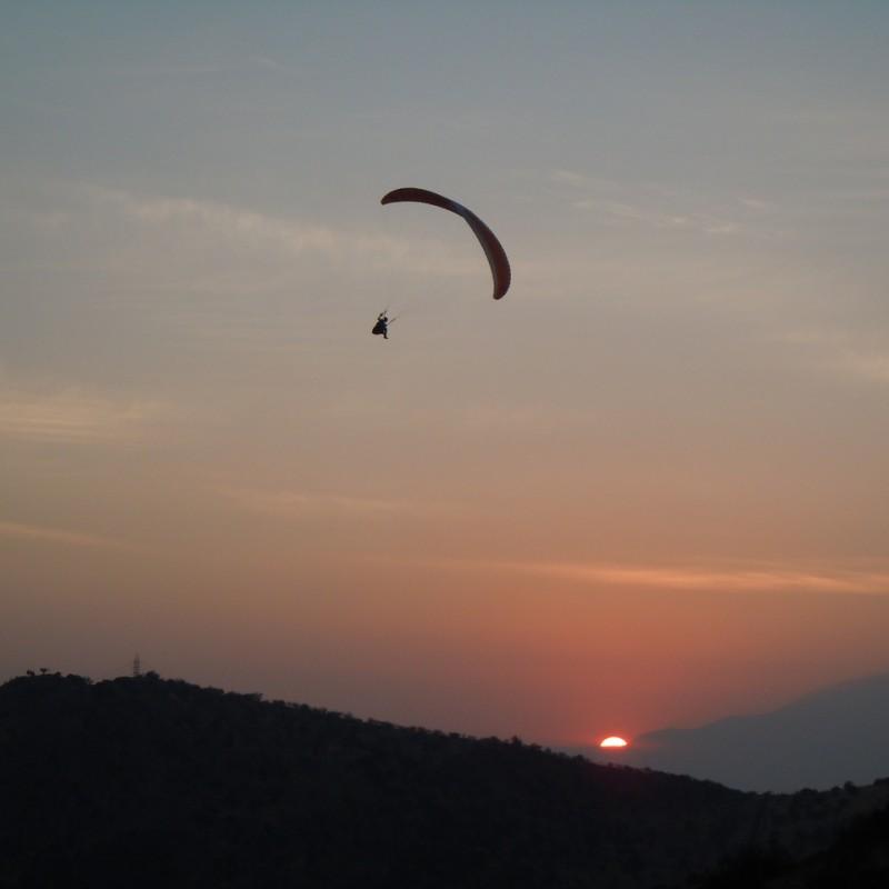 Paragliding Soaring in den Sonnenuntergang