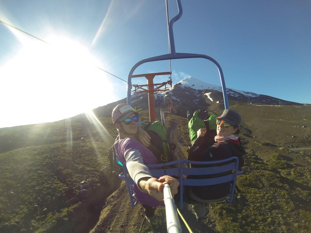 Wir auf dem Sessellift mit dem Vulkan VIllarrica im Hintergrund