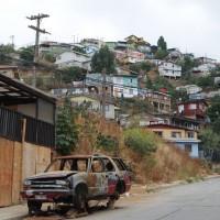 Autowrack und farbige Häuser in Valparaiso Chile