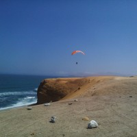 soaring am meer im paracas nationalpark