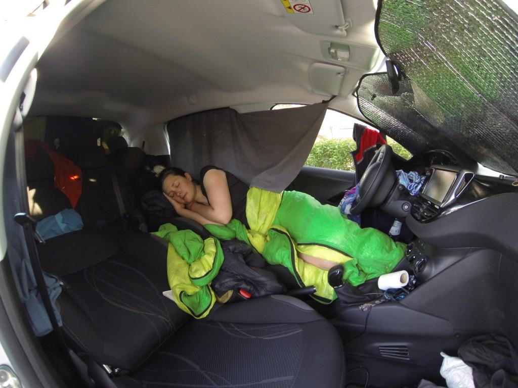 eli schläft im micro camper