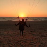 Gleitschirm Landung bei Sonnenuntergang am Strand