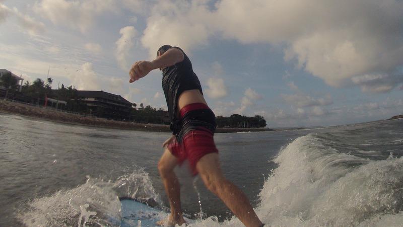 Das erste mal auf dem Surfbrett stehen in Kuta Bali