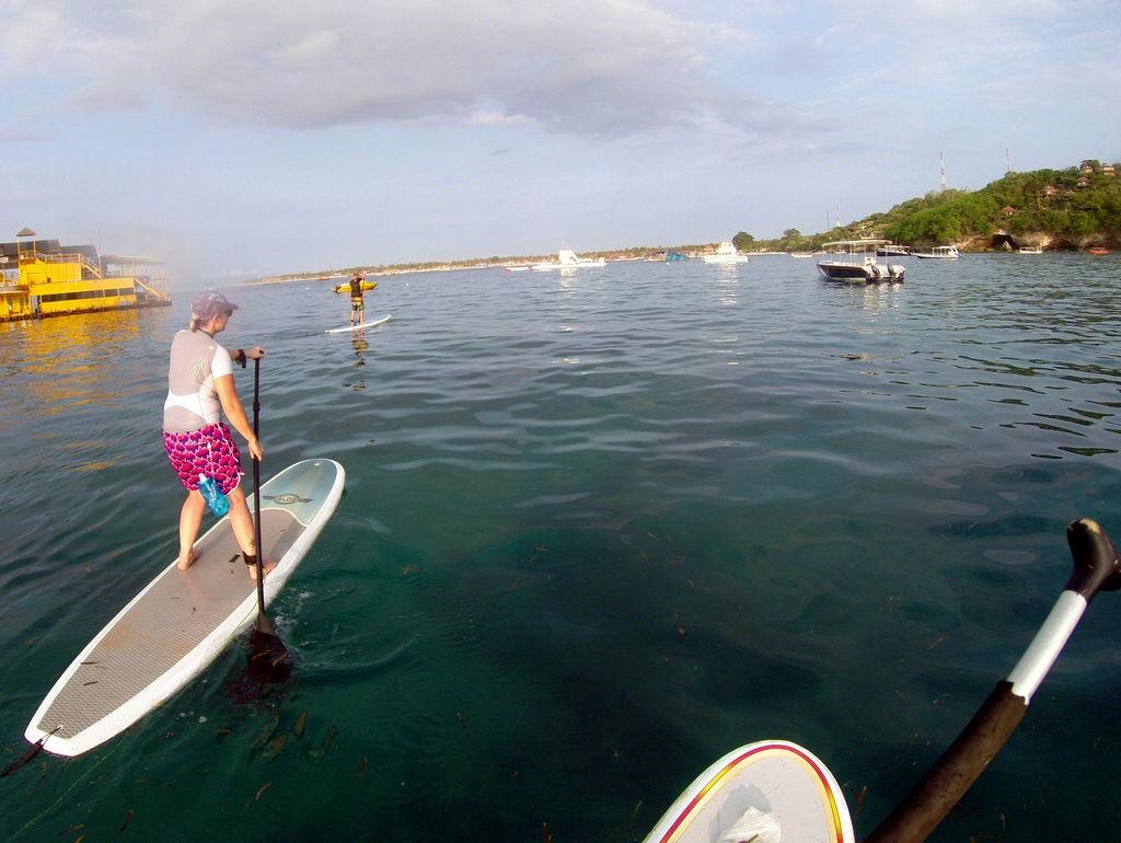stand up paddling im hafen von nusa lembongan