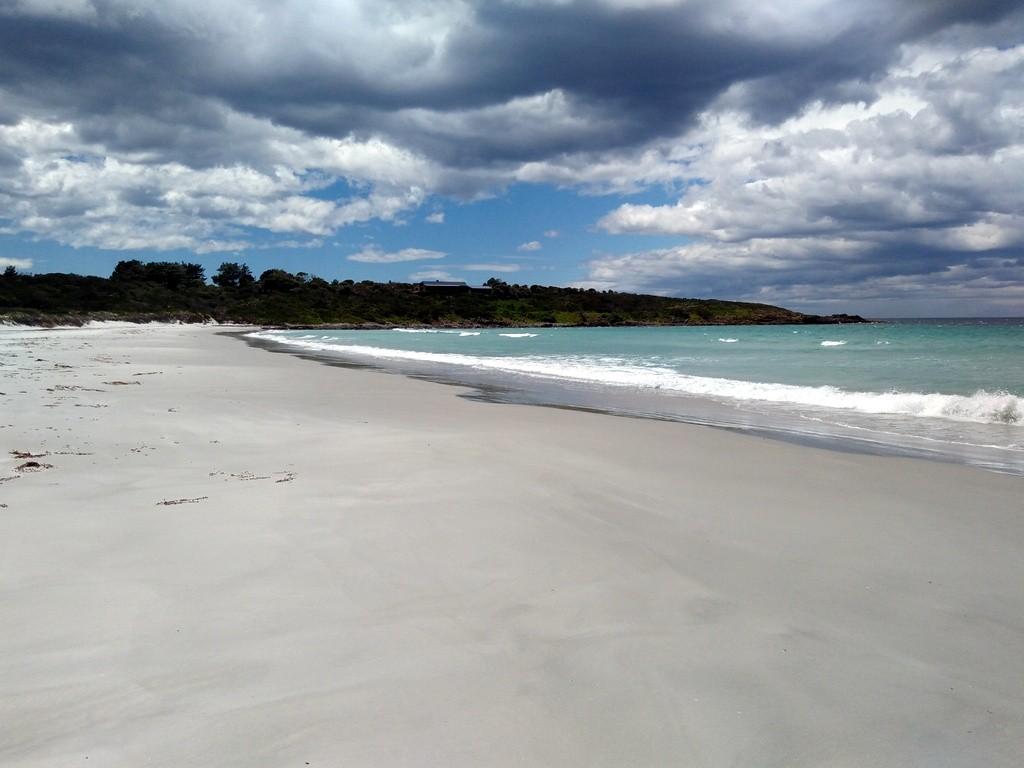 Weisser Sandstrand an der Ostküste von Tasmanien