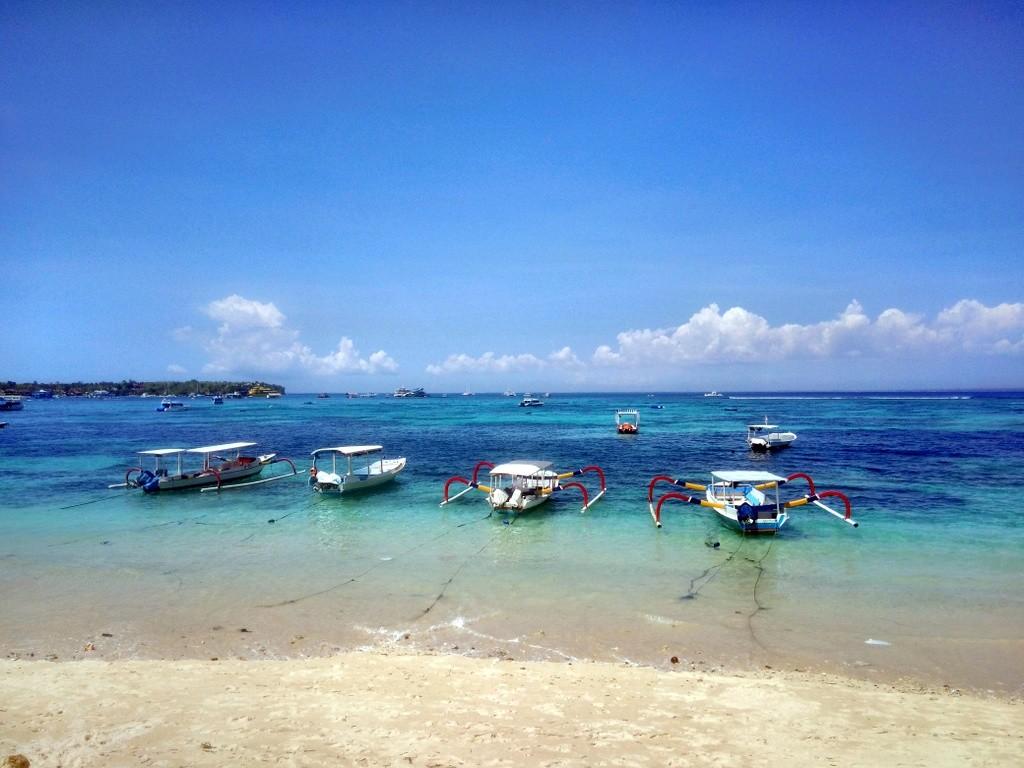 Aussicht vom Bungalow direkt am Strand in Nusa Lembongang